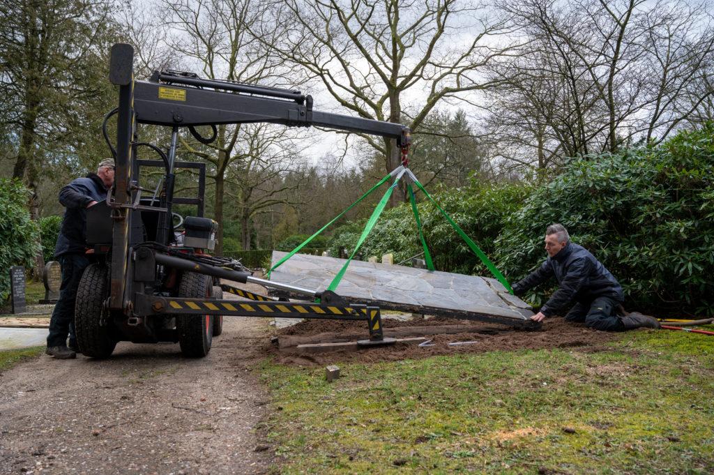 DeAfscheidsfotograaf.nl Servaas Raedts Fotografie 44 1024x681 - Hoe wordt een grafsteen geplaatst?