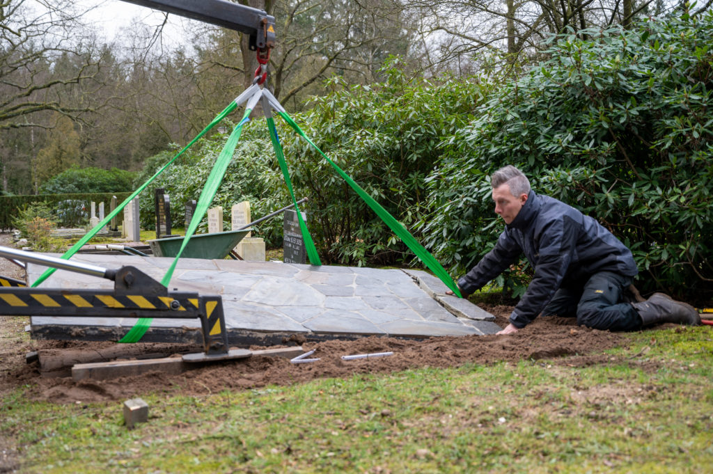 DeAfscheidsfotograaf.nl Servaas Raedts Fotografie 45 1024x681 - Hoe wordt een grafsteen geplaatst?
