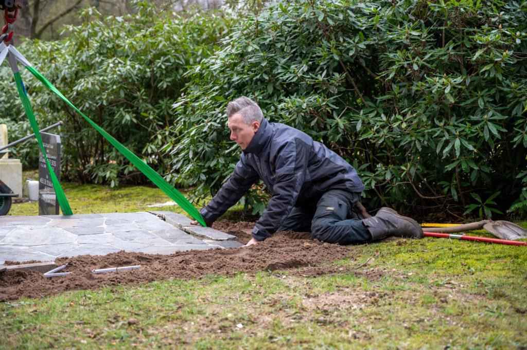 DeAfscheidsfotograaf.nl Servaas Raedts Fotografie 46 1024x681 - Hoe wordt een grafsteen geplaatst?