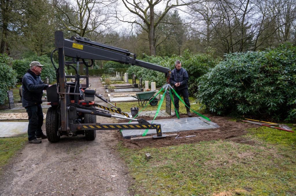 DeAfscheidsfotograaf.nl Servaas Raedts Fotografie 47 1024x681 - Hoe wordt een grafsteen geplaatst?