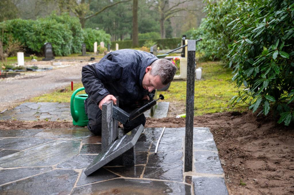 DeAfscheidsfotograaf.nl Servaas Raedts Fotografie 93 1024x681 - Hoe wordt een grafsteen geplaatst?