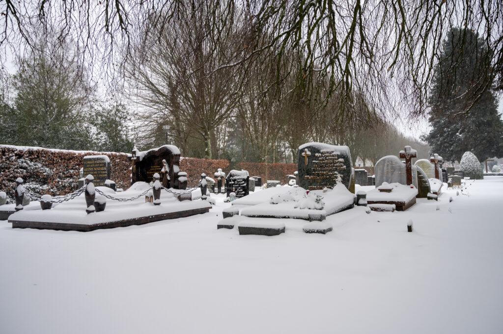 Sneew in Apeldoorn www.fotograaf.camera 2 1024x681 - Sneeuw op een begraafplaats