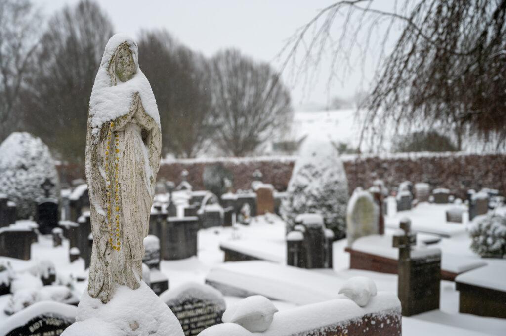 Sneew in Apeldoorn www.fotograaf.camera 26 1024x681 - Sneeuw op een begraafplaats