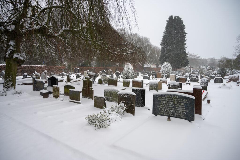 Sneew in Apeldoorn www.fotograaf.camera 3 1024x681 - Sneeuw op een begraafplaats