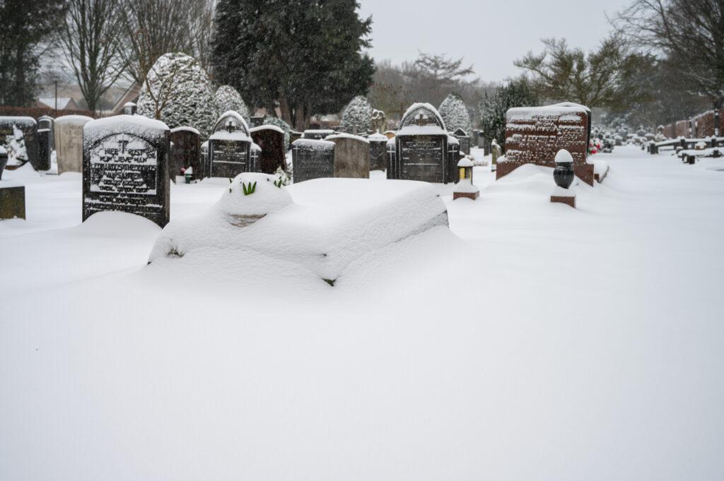 Sneew in Apeldoorn www.fotograaf.camera 4 1024x681 - Sneeuw op een begraafplaats
