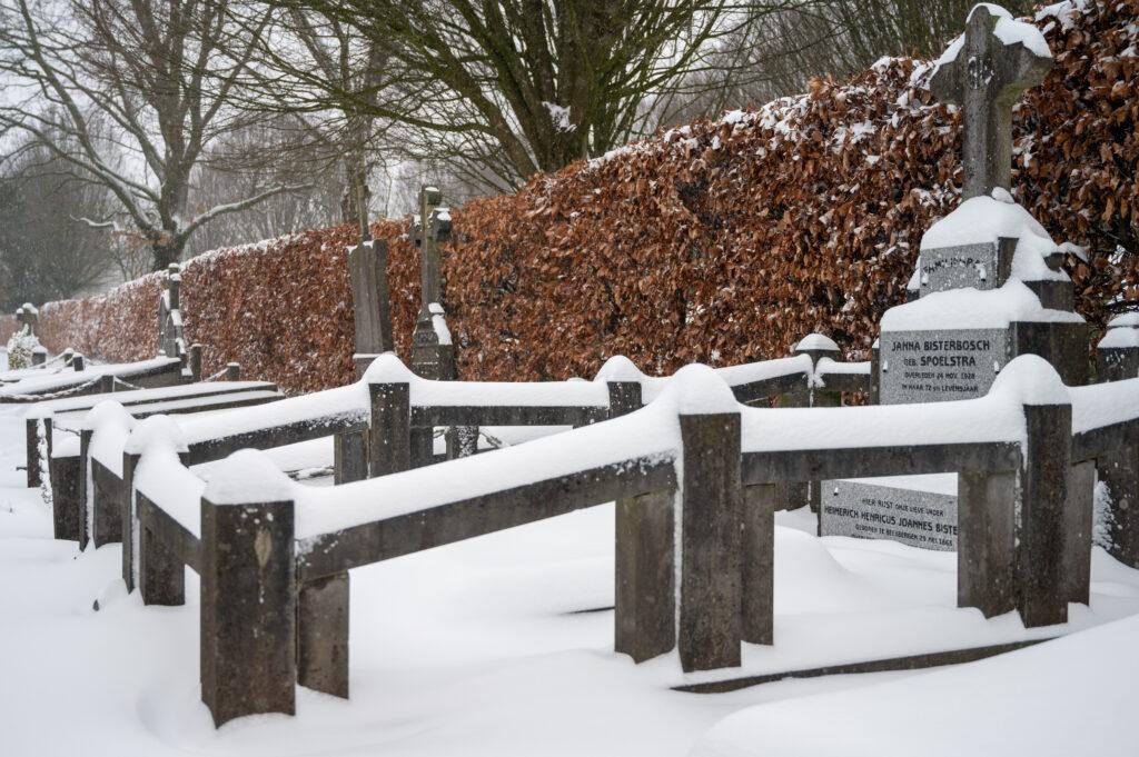 Sneew in Apeldoorn www.fotograaf.camera 6 4 1024x681 - Sneeuw op een begraafplaats